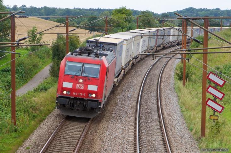 DB Schenker 185 328-9 med GD44722 (Pa-Mgb) mellem Tommerup og Holmstrup - 24.08.2012