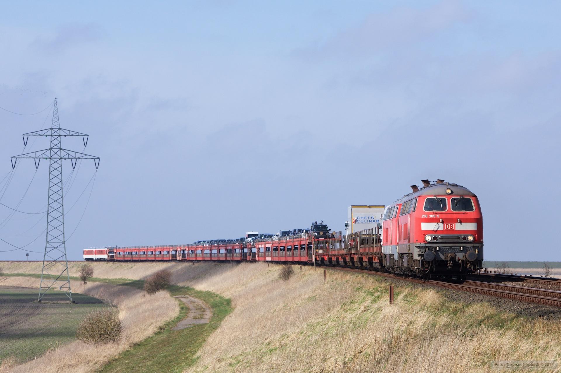 DB 218 389-5 og DB 218 473-7 m. Autozug og DB 628 512-928 512 som AS 1431 (Westerland_Niebüll) mellem Morsum og Klanxbüll - 26.03.2016