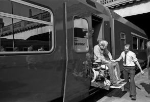 Prototypelyntoget var udstyret med en elektrisk lift til kørestole. 13. maj 1982.