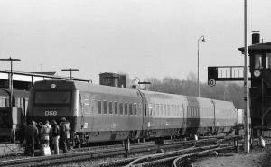 Første protolyn under færdigmontering på Randers station, 16. november 1981. Der mangler en mellemvogn - den blev færdig noget senere.