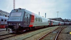 Efter kun 10 år på de danske skinner blev de to prototypelyntog i 1992 udrangeret og hensat i Rødby. De blev senere solgt til det Iranske jernbaneselskab BON. Inden afrejse til Iran blev de to togsæt bl.a. omlakeret. Her ses det ene af de to sæt i ny bemaling ved Centralværkstedet i Århus, sommeren 1995.