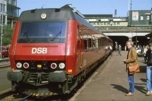 13. maj 1982 blev protolynet præsenteret for pressen ved to kørsler Århus-Horsens-Århus med deltagelse af bl.a. DSB generaldirektør Ole Andreasen. Her ved afgang fra Århus ved dagens anden kørsel.