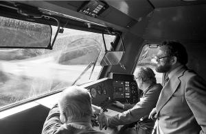 Præsentation af protolynet. Generaldirektør Ole Andreasen på besøg i førerrummet, 13. maj 1982.