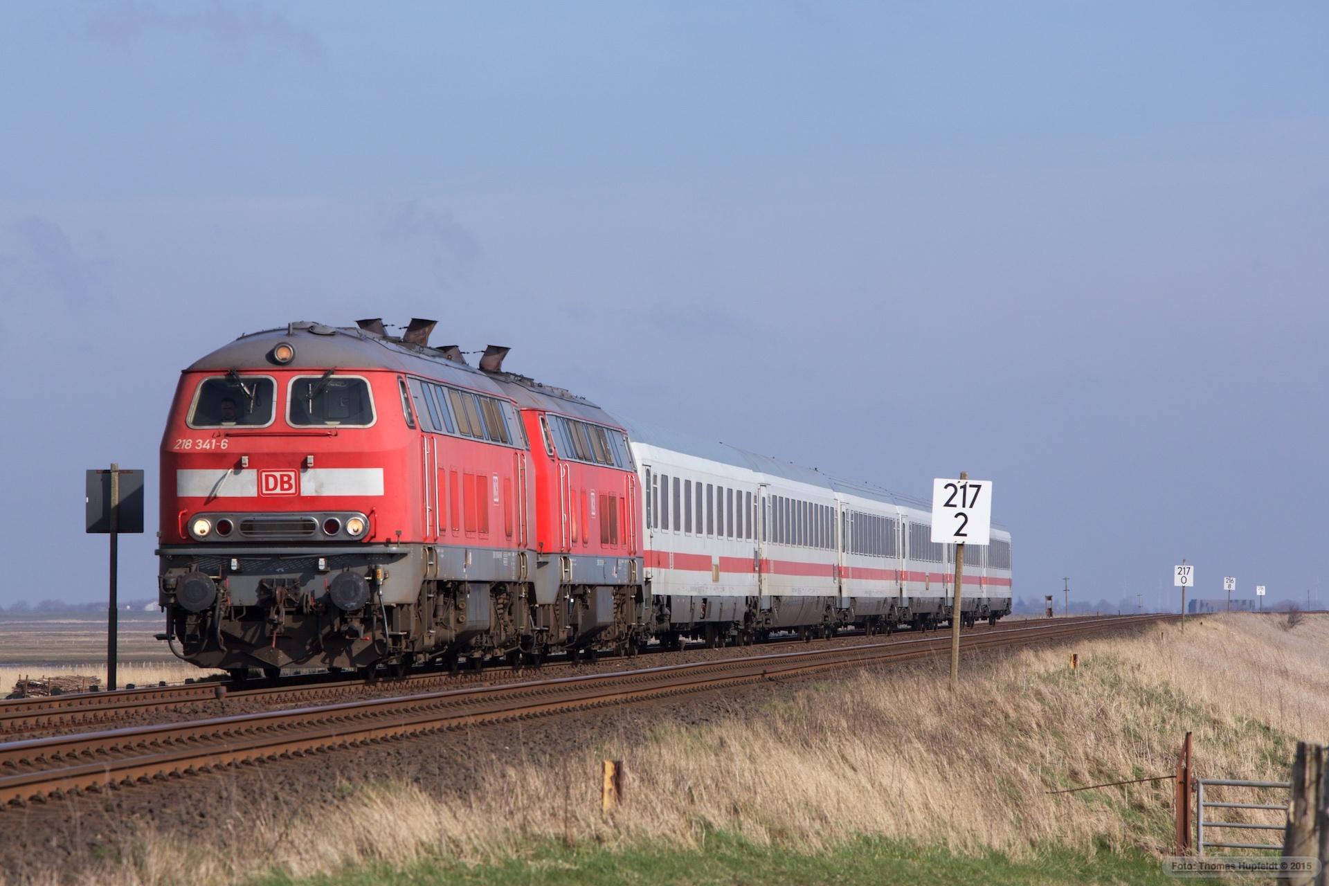 DB 218 341-6 og 218 313-5 m. 6 vogne som IC 2072 (Berlin Südkreuz-Westerland) mellem Klanxbüll og Morsum – 26.03.2016