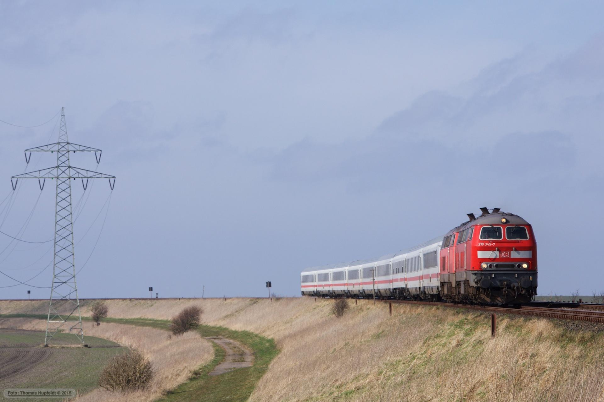 DB 218 345-7 og 218 340-8 m. 9 vogne som IC 2315 (Westerland-Frankfurt am Main Hbf) mellem Morsum og Klanxbüll - 26.03.2016