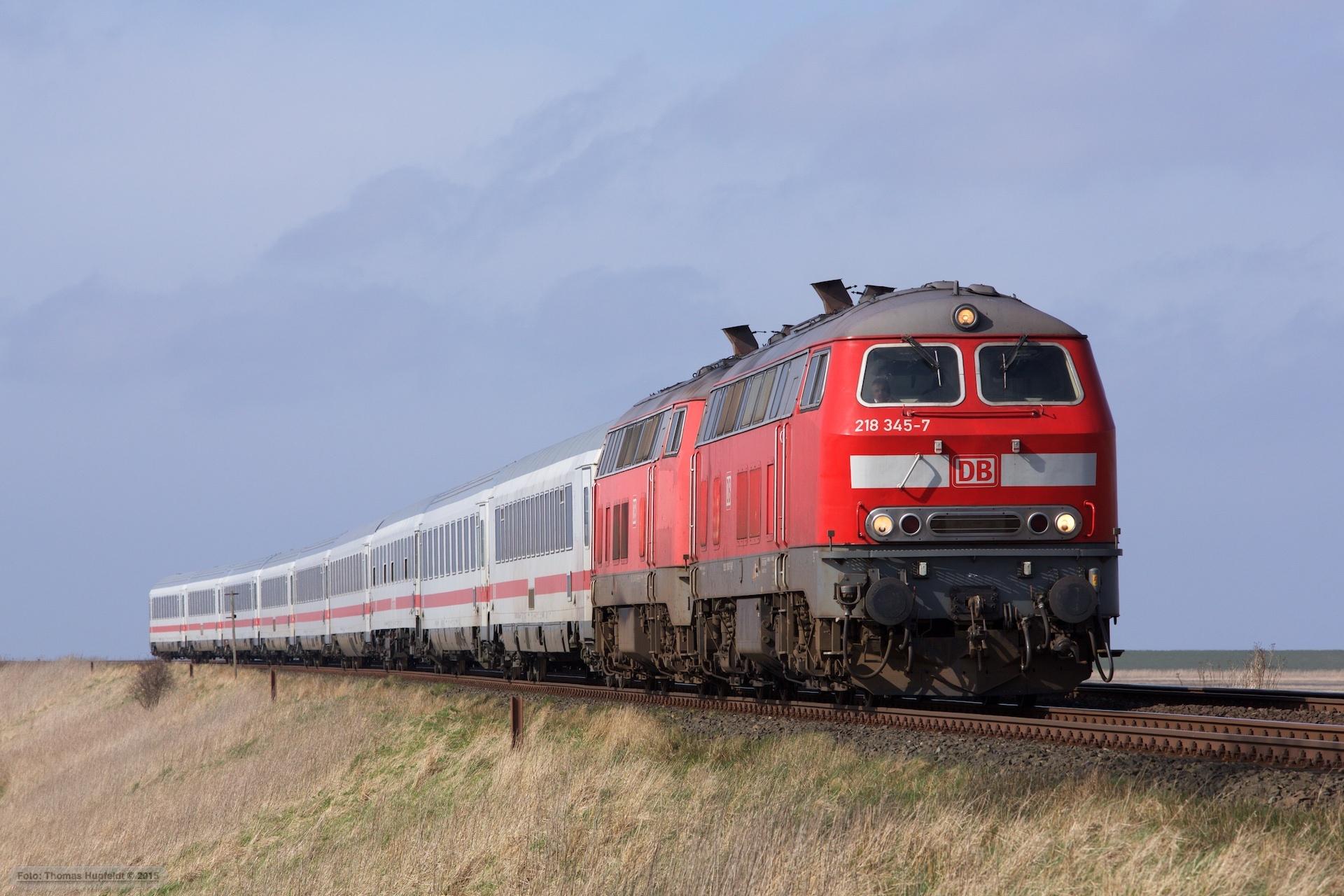 DB 218 345-7 og 218 340-8 m. 9 vogne som IC 2315 (Westerland-Frankfurt am Main Hbf) mellem Morsum og Klanxbüll – 26.03.2016