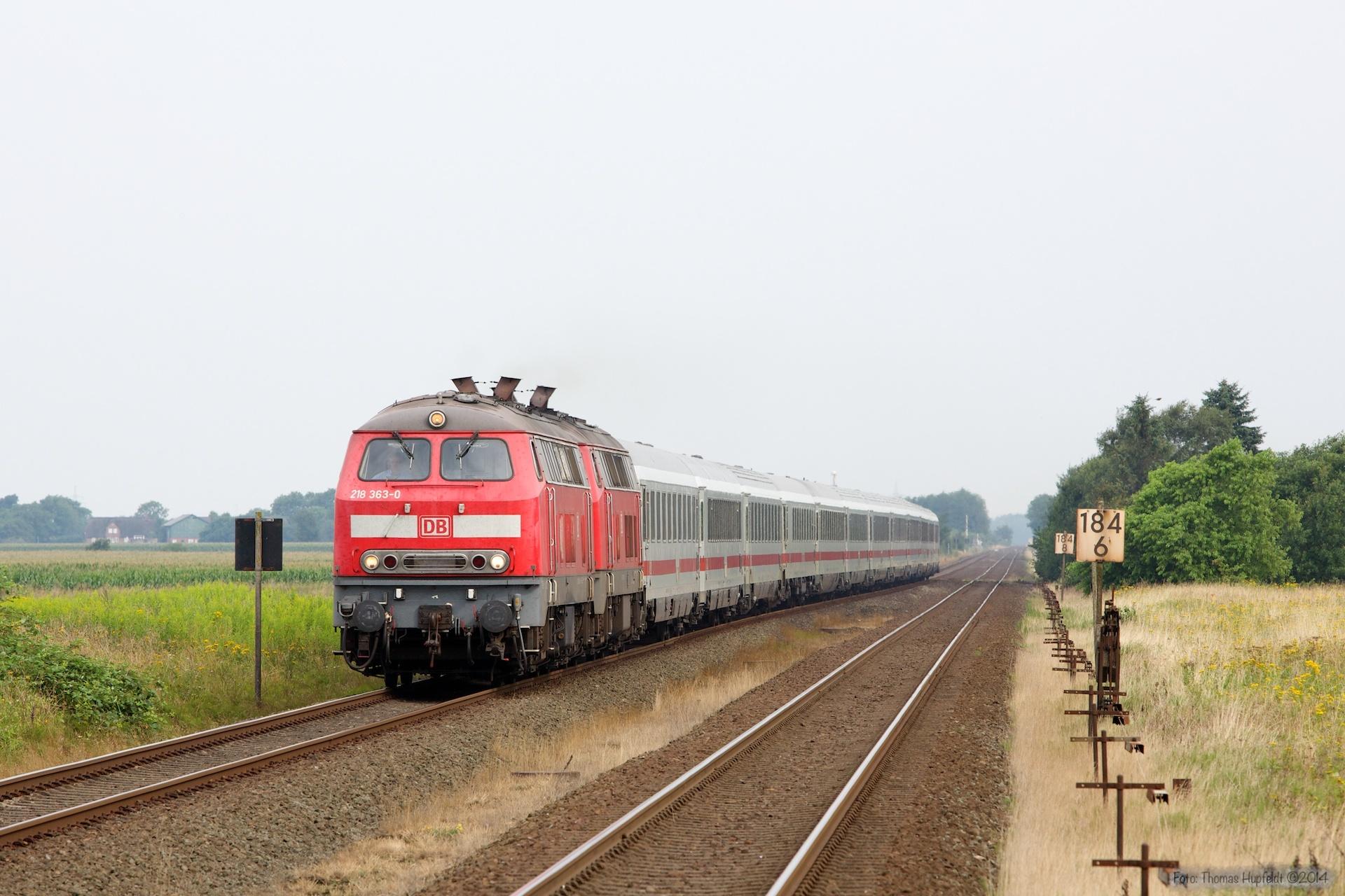 DB 218 363-0 og 218 371-3 med IC 2170 ved Langenhorn - 03.08.2014