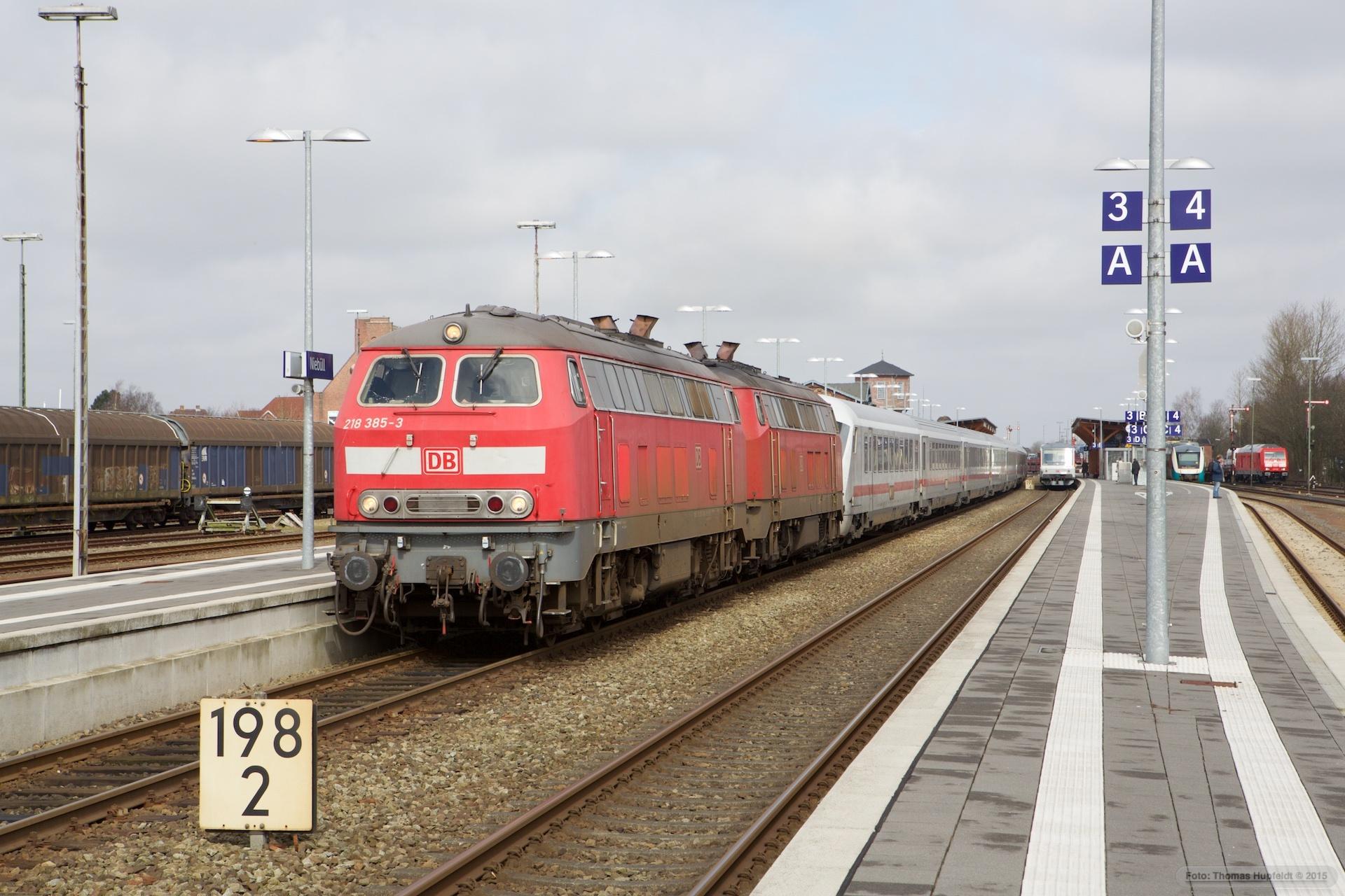 DB 218 385-3 og 218 380-4 med IC 2375 (Westerland-Karlsruhe Hbf) i Niebüll – 26.03.2016