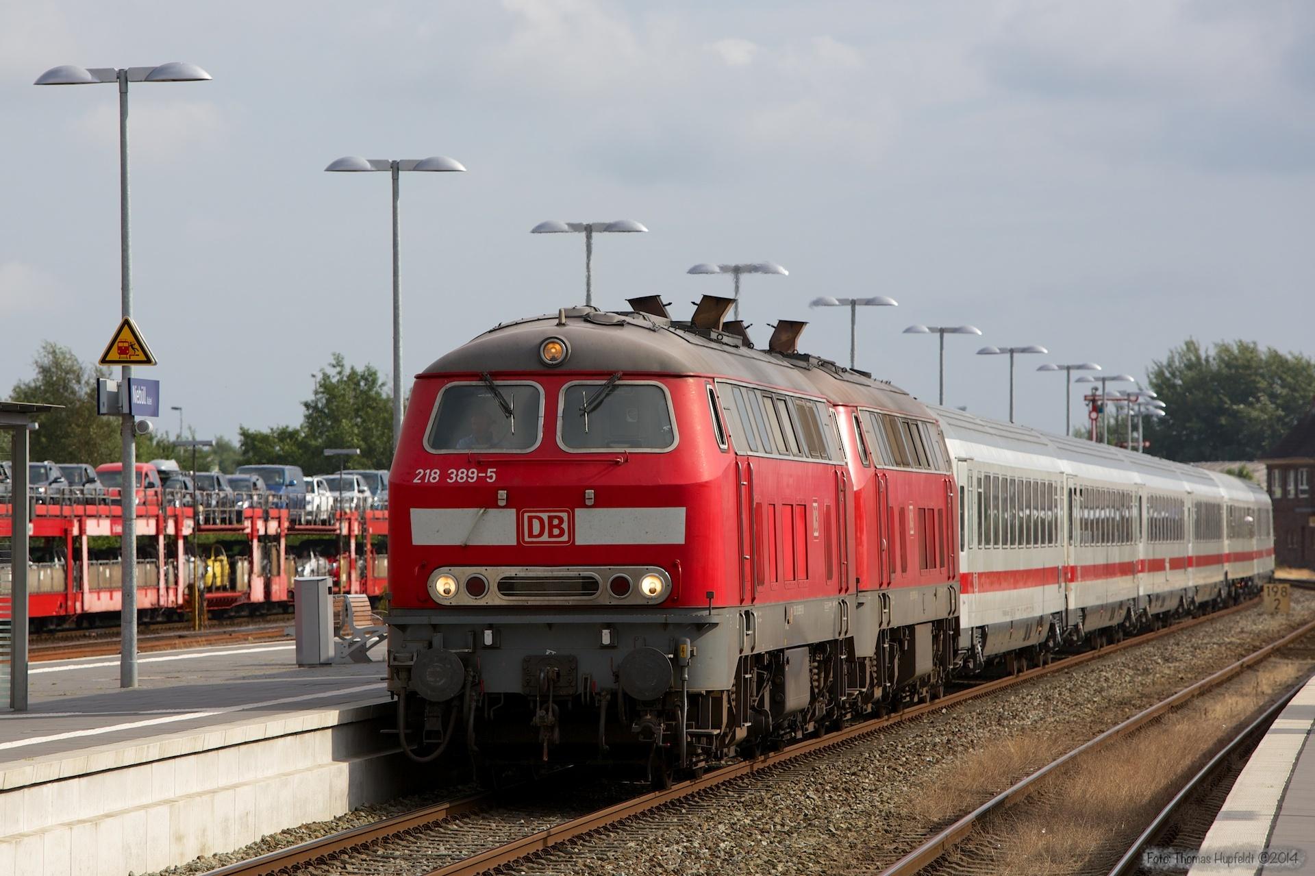 DB 218 389-5 og 218 397-8 med IC 2170 ved Niebüll - 03.08.2014