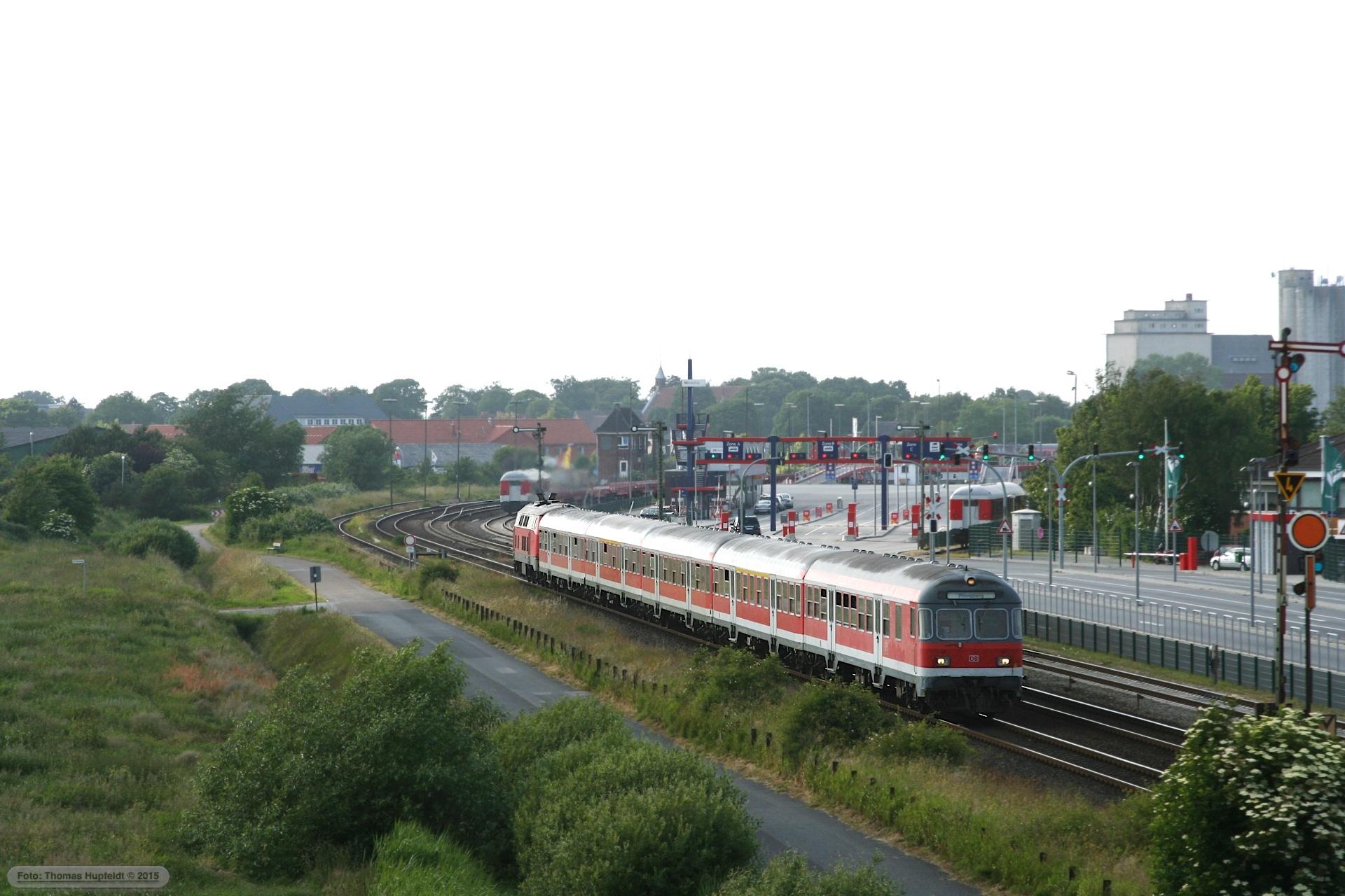 DB 218 og styrevogn som RE 11045 (Westerland-Pinneberg) i Niebüll – 28.06.2005