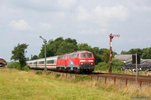 DB 218 359-8 og 218 372-1 med IC 2073 ved Langenhorn - 03.08.2014