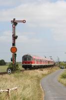 DB Bnrbdzf 476 0 82-34 322-1 og 4 vogne plus DB 218 407-5 som RB 11164 (Husum-Westerland) ved Lenshallig - 28.06.2005