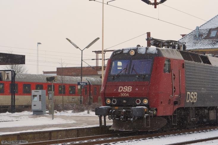 DSB EA 3004 med IP 813284 (Pa-Kh) samt pragvogne i baggrunden ved Padborg - 05.02.2006