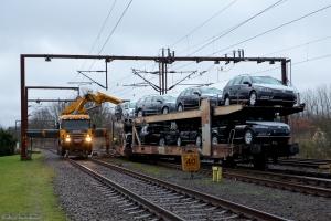 DSB's hjælpekran i gang med at løfte autotransportvogn på sporet - Padborg 01.12.2013
