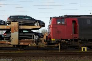 NEG MZ 1439 i første forsøg på at trække autotransportvognen væk, efter at den er sporsat. Forsøget opgives på grund af at bilerne rager ud over vognen så der er for kort afstand mellem lok og vogn - Padborg 01.12.2013
