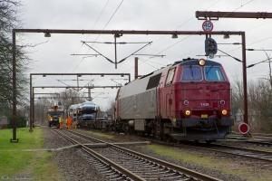 NEG MZ 1439 i andet forsøg på at trække autotransportvognen væk, her med to containerbærevogne til som giver afstanden mellem bilerne og MZ 1439 - Padborg 01.12.2013