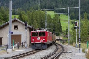 RhB Ge 6/6 II 702 med 14 vogne som 5162 (Samedan-Landquart) ved Bergün - 16.08.2014