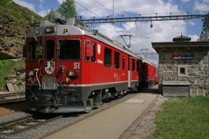 RhB ABe 4/4 III 51og Gem 4/4 802 med 5 vogne ved Alp Grüm - 24.06.2004