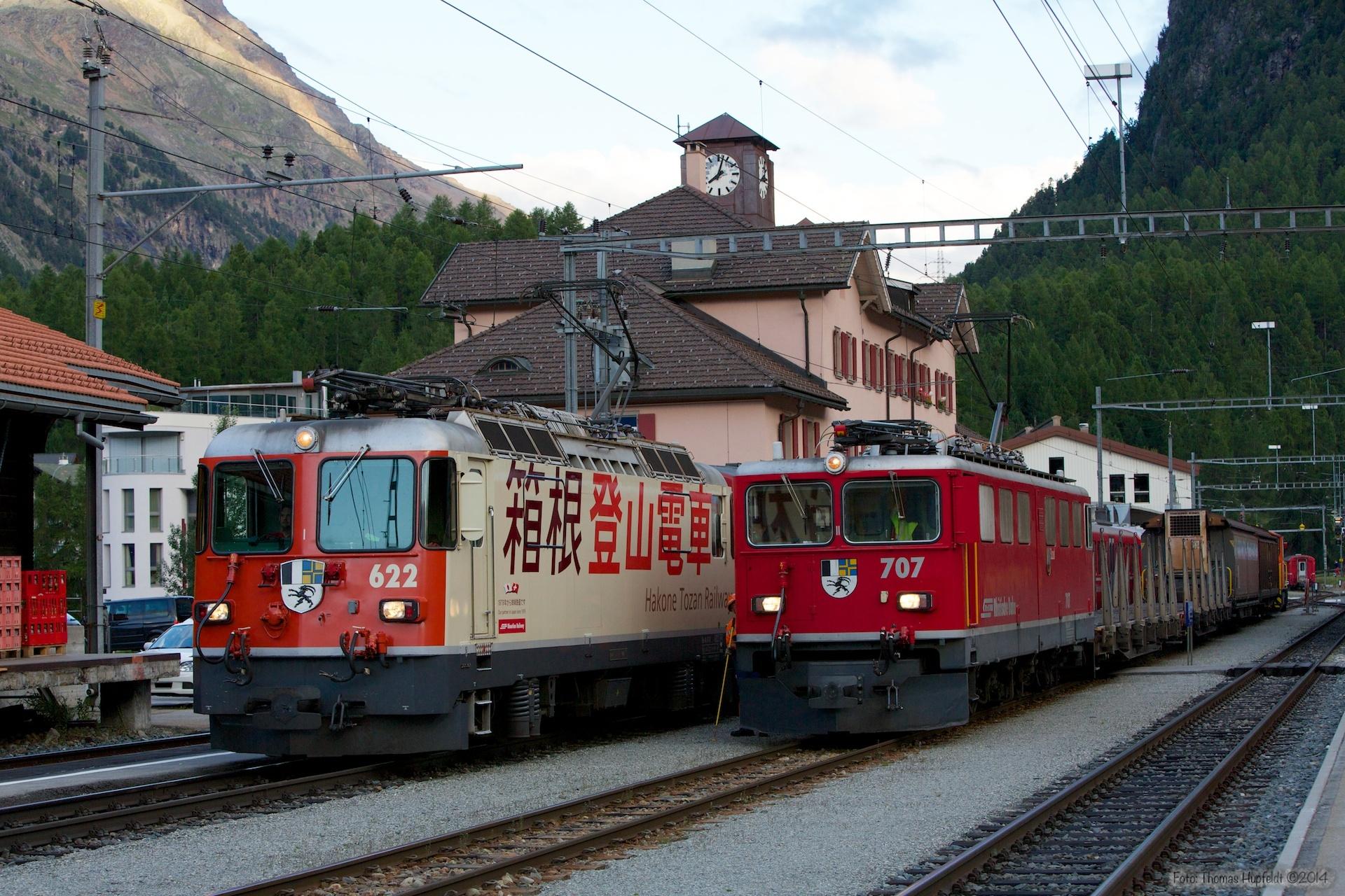 RhB Ge 4/4 II 622 med 5 vogne som 1972 (Pontresina-Sagliains) og Ge 6/6 II 707 med 4 vogne som 5378 (Pontresina-Landquart) ved Pontresina - 14.08.2014