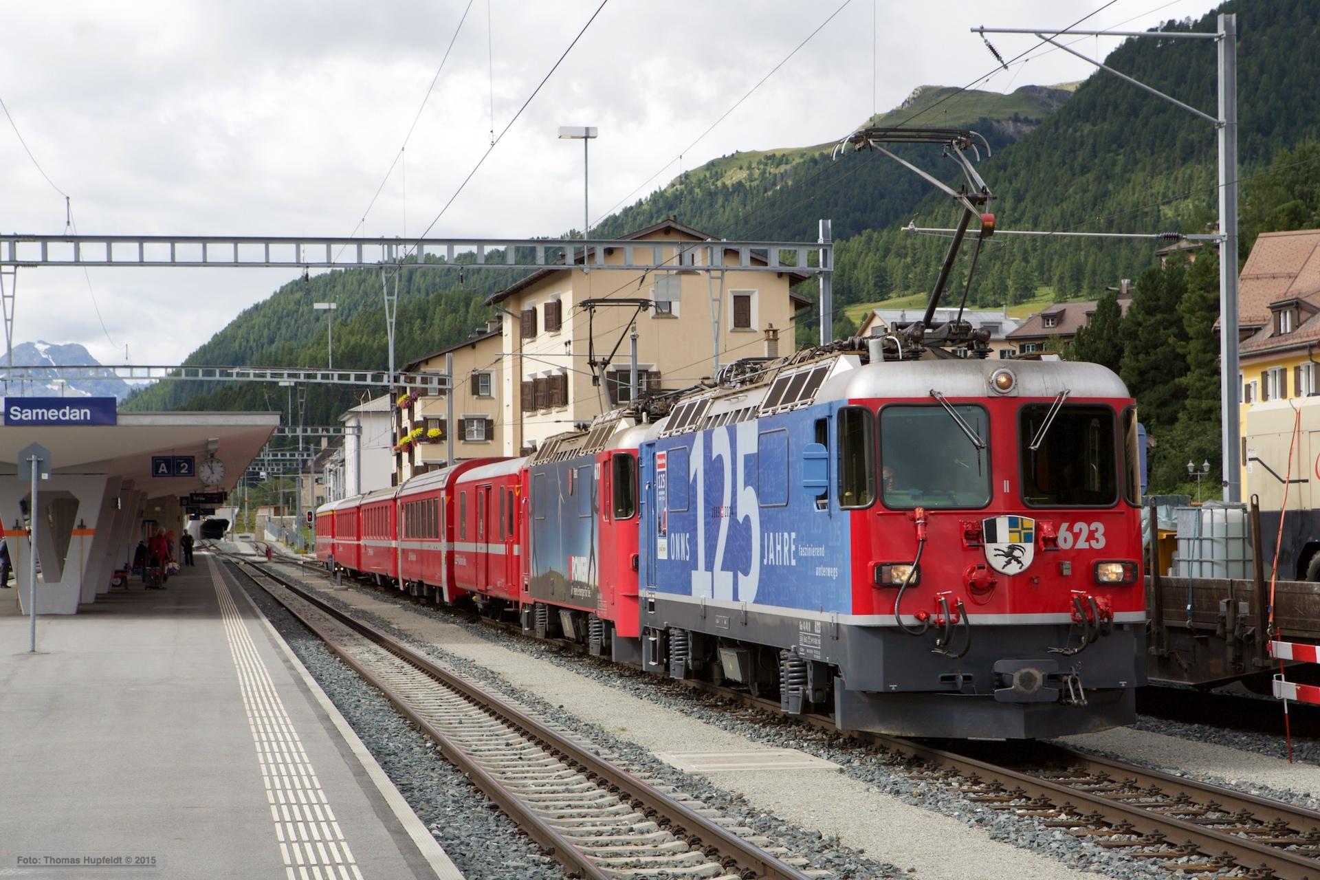 RhB Ge 4/4 II 623 og 617 med 5 vogne som 8336 (Samedan-Landquart) ved Samedan - 16.08.2014