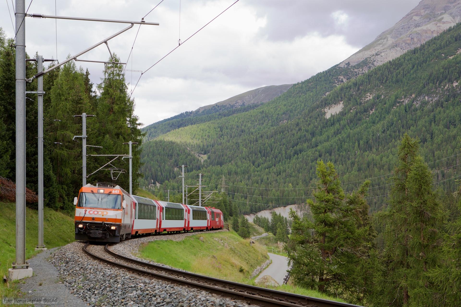RhB Ge 4/4 III 641 med 7 vogne som 904 (Klosters-Vereina) mellem Cinous-Chel-Brail og S-chanf - 14.08.2014